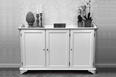 Skänk Stella i vitt trä från serien Solgården. Elegant vit buffé i klassisk svensk design tillverkad i Norrland. Storlek: 101x155 cm.