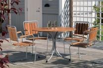 Matgrupp Trosa i teak och massiv fjäderstål. Runt utebord med gungbara stolar, en sommarklassiker! Mått bord: Ø103 cm.