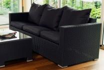 Konstrottingsoffa Porto 3-sits i svart konstrotting. Svarta dynor ingår! Mått soffa: 185x77 cm.