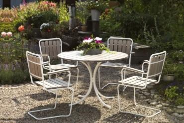 Matgrupp Trosa i grått trä och vit massiv fjäderstål. Runt utebord med gungbara stolar, en sommarklassiker! Mått bord: Ø103 cm.