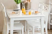 Matgrupp Elsa med iläggsskiva. Lantligt matbord i vitt trä med 4-6 stolar. Storlek: 140-180 cm.