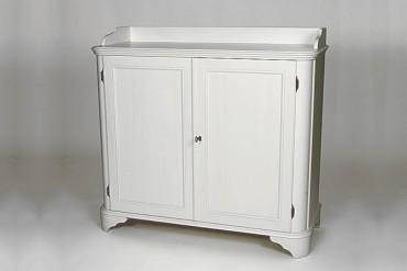 Skänk Stina i vitt trä från serien Solgården. Elegant vit buffé i klassisk svensk design tillverkad i Norrland. Storlek: 101x110 cm.