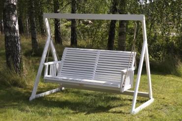 Hängsoffa Larsboda, klassisk vit utesoffa i trä av äkta svensk furu. Med eller utan stativ! Storlek: 160x78 cm.