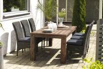 Matgrupp Skogstorp för uterum, rustikt matbord i trä med 4 stolar i konstrotting. Storlek bord: 95x200 cm.