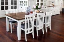 Matgrupp från serien Gute. Stilrent vitt matbord med ekskiva och 6 stolar. Längd bord: 180 cm.