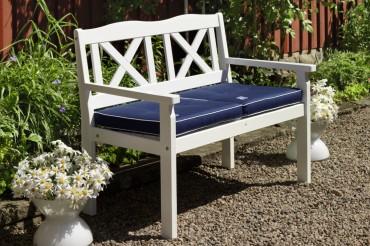 Utesoffa Nora i vitt trä. 2-sitssoffa i klassisk svensk design med kryssrygg. Storlek: 111x64 cm.
