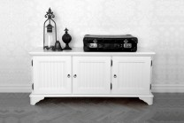Mediabänk Rut i vitt trä från serien Rosgården. Lantlig vit buffé i klassisk svensk design tillverkad i Norrland. Storlek: 120x35 cm.