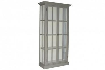 Vitrinskåp Ljungbyholm. Lantligt grått vitrinskåp med glasdörrar, tidlös förvaring i Shabby Chic! Storlek: 100x45 cm, höjd 200 cm.