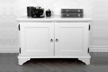Mediabänk Saga i vitt trä från serien Solgården. Elegant vit buffé i klassisk svensk design tillverkad i Norrland. Storlek: 80x35 cm.