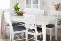 Matgrupp Lova med iläggsskivor från serien Ludvika. Lantligt köksbord i vitt trä med 4-8 stolar. Storlek: 140-240 cm.