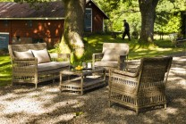 Soffgrupp Tostabo i beige konstrotting bestående av ljus 2-sitssoffa med 2 fåtöljer och bord. Rotting i lantlig stil!