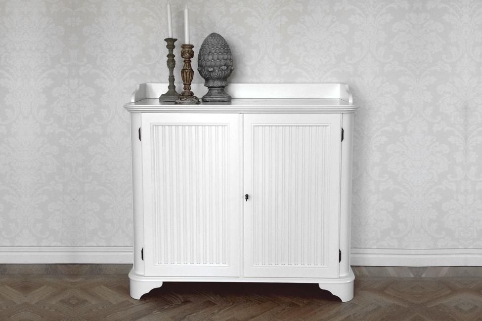 Skänk Rosa i vitt trä från serien Rosgården Lantlig vit buffé i klassisk svensk stil tillverkad