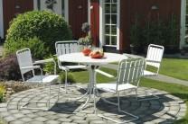 Matgrupp Trosa i vitt trä och vit massiv fjäderstål. Runt utebord med gungbara stolar, en sommarklassiker! Mått bord: Ø103 cm.