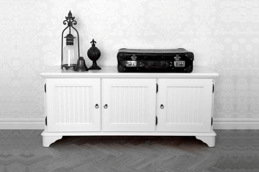 Mediabänk Rut i vitt trä från serien Rosgården Lantlig vit mediabänk i klassisk svensk stil