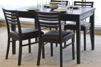 Matbord Ronja i svart med utdragbara iläggsskivor. Köksbord i trä och ekfanér med 4-6 stolar. Storlek: 120-180 cm.