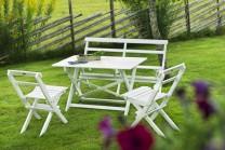 Matgrupp Storholmen i vitt trä, hopfällbart utebord, soffa och 2 klappstolar. Praktiskt hopfällbara vita utemöbler!