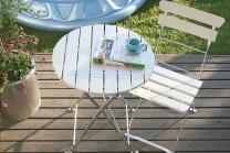 Cafégrupp Krögaren, hopfällbart runt bord och 2 klappstolar i vitt. Mått bord: 60 cm i diameter.