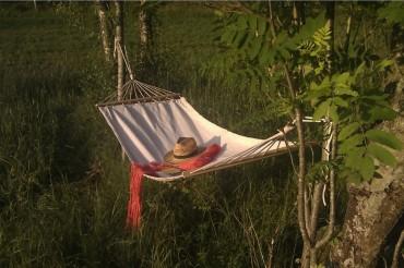 Hängmatta Alva i naturvit bomull och trädetaljer. Mått: 180x80 cm, maxvikt 100 kg.
