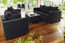 Konstrottingsoffa Porto, 3-sitssoffa, 2 fåtöljer och bord i svart konstrotting. Mått soffa: 185x77 cm.