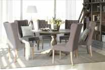 Matgrupp Lundeby. Runt matbord i antikgrå ek med 6 klädda stolar i grått. Vackra lantliga matsalsmöbler! Storlek bord: Ø150 cm, H: 78 cm.