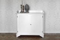 Skänk Rosa i vitt trä från serien Rosgården. Lantlig vit buffé i klassisk svensk stil tillverkad i Norrland. Storlek: 101x110 cm.