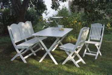Matgrupp Slite i vitlaserad gotländsk furu. Hopfällbart utebord, trädgårdssoffa och klappstolar i vitt trä. Storlek bord: 76,5x140 cm.