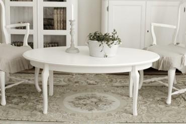 Soffbord Ronja i vitt trä från serien Rosgården. Lantligt vitt vardagsrumsbord i klassisk svensk stil tillverkad i Norrland. Storlek: 130x70 cm.