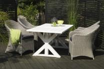 Matgrupp Halmstad med vitt utebord i massivt trä och 4 stolar i vit konstrotting. Storlek bord: 200x95 cm.